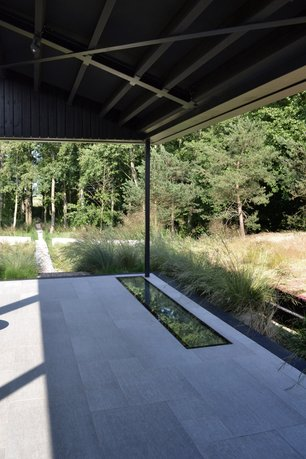 The long floating lines defining the garden space and framing the views