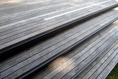 The horizontal line in the garden is a concept that is consequently uses in the design. Even in all the lines of the wooden deck. Making the deck seems so float.